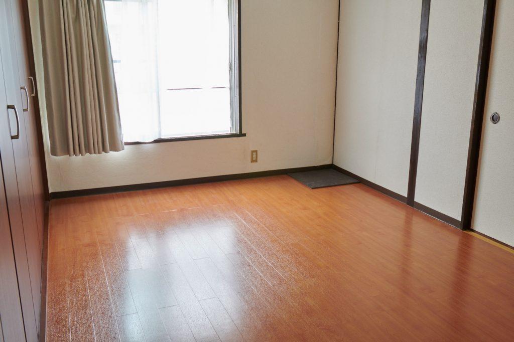 1枚目のウールタイルを部屋の角に配置