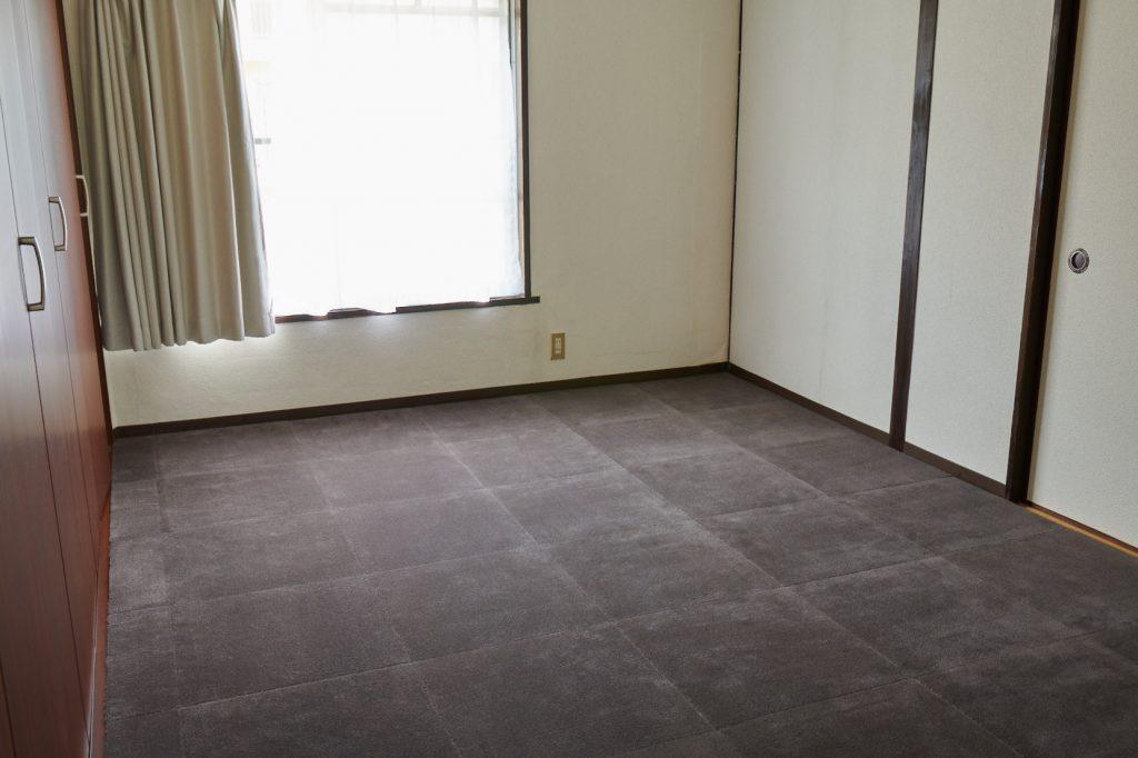 ウールタイルを敷き込んだ6畳の洋室