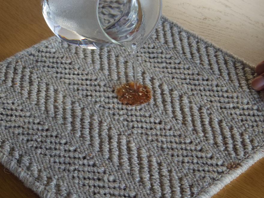 ケチャップのシミ部分にお湯を垂らす