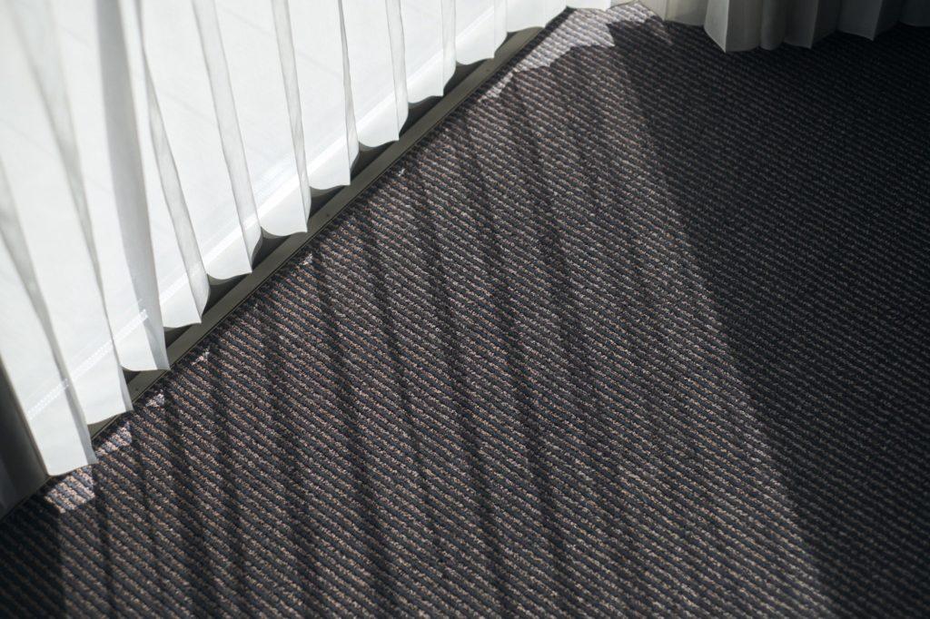 光が差し込むカーペットの様子