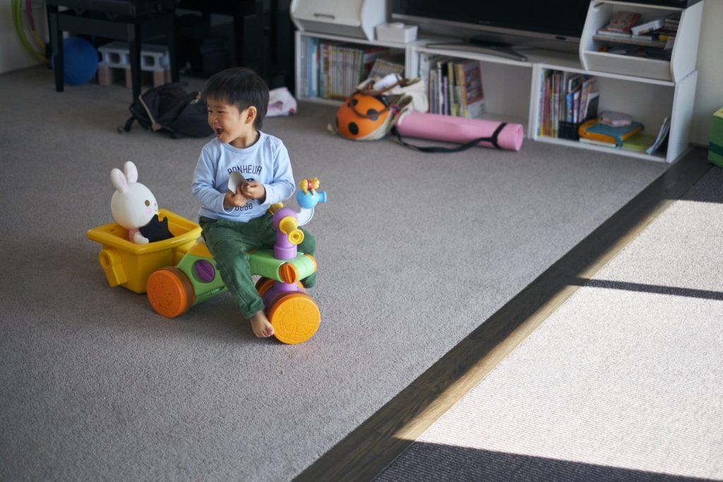 遊具で遊ぶ子供