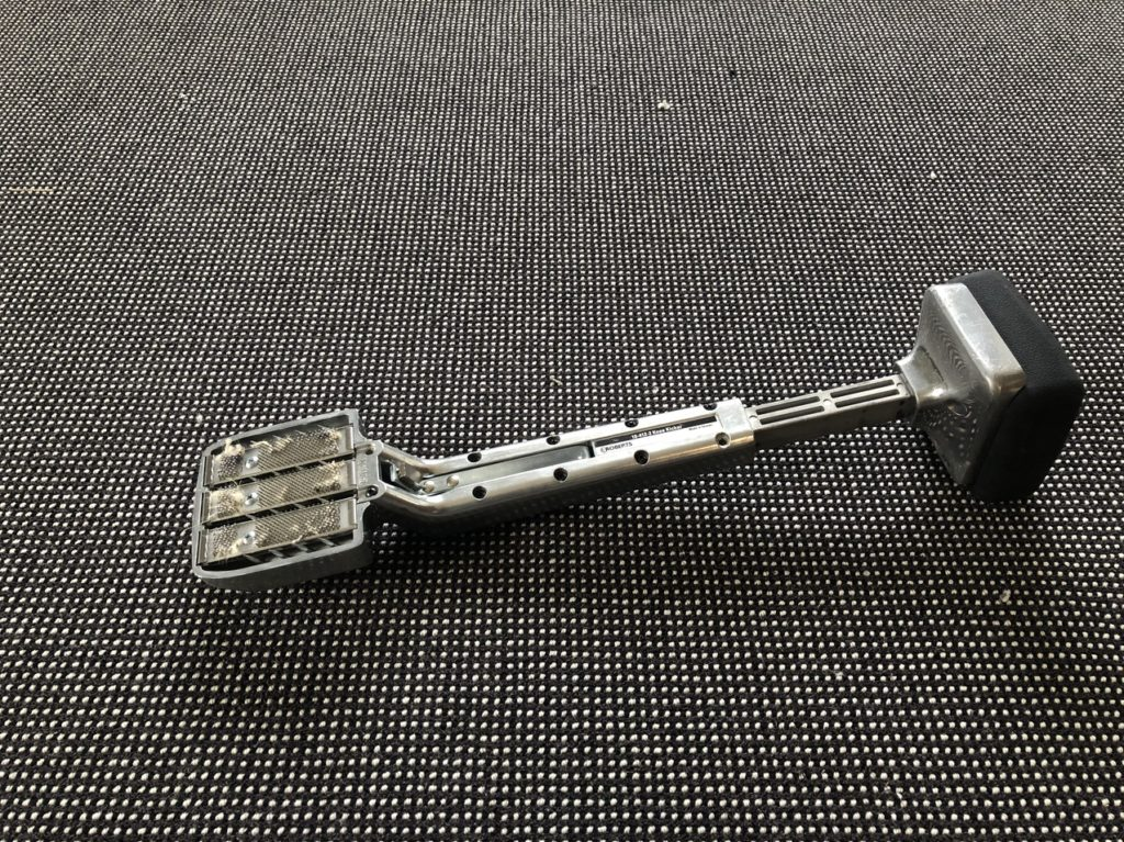 カーペットを敷き込むときに使用する「キッカー」という道具