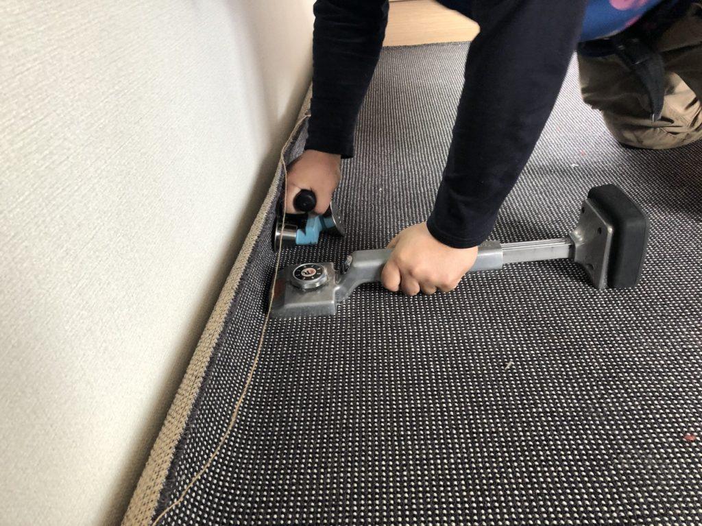 グリッパーにカーペットを引っかけるための道具「キッカーとステアローラー」