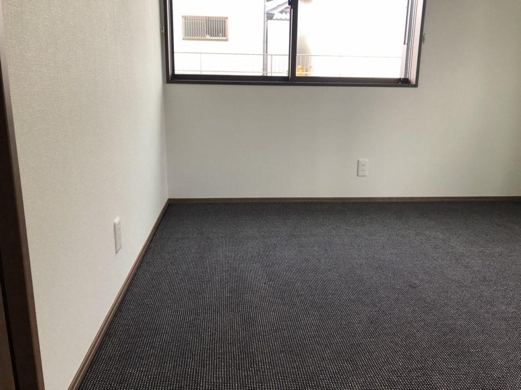 カーペットをフェルトグリッパー工法で敷き込んだ部屋