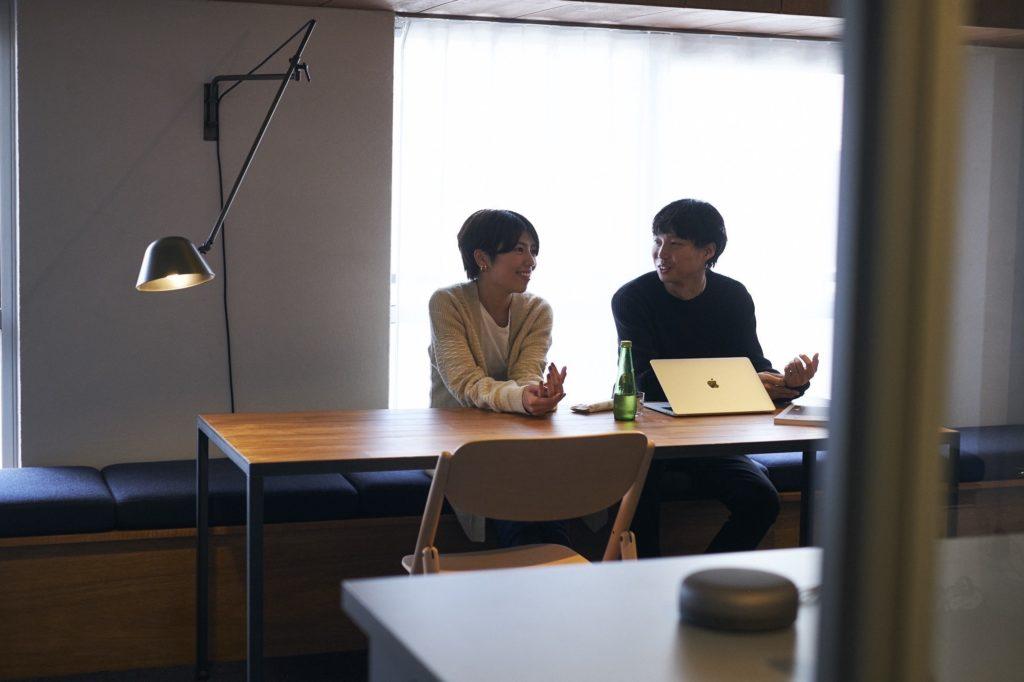 ダイニングテーブルに座る二人