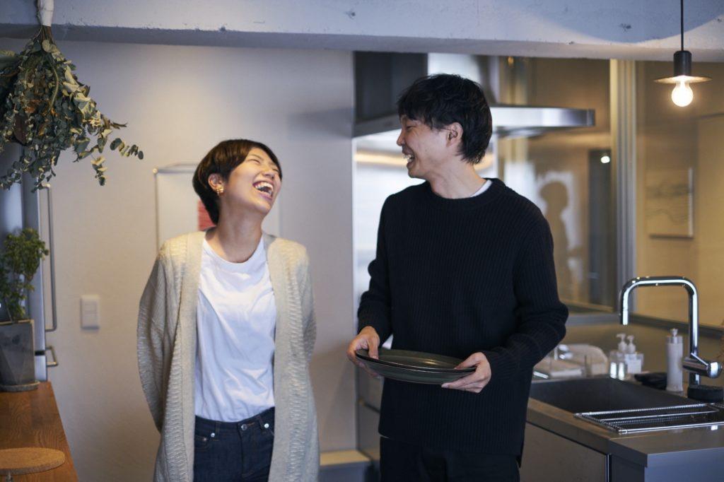 笑顔で会話する二人