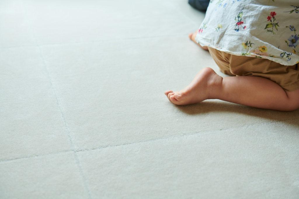 女の子がカーペットに座っている様子