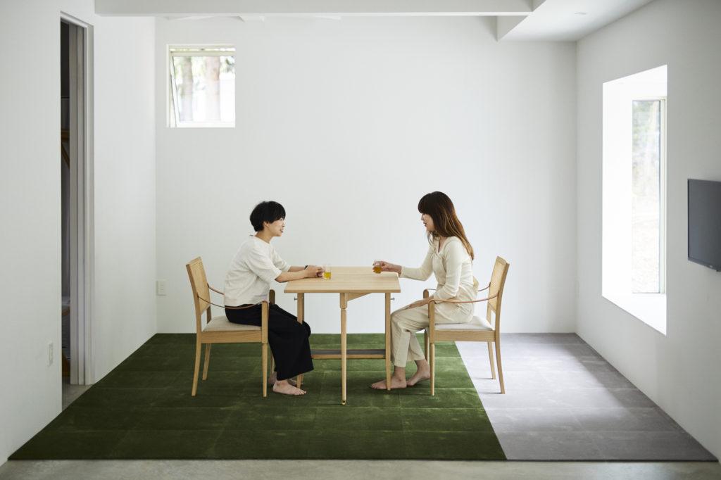 敷かれたウールタイルとリビングテーブル