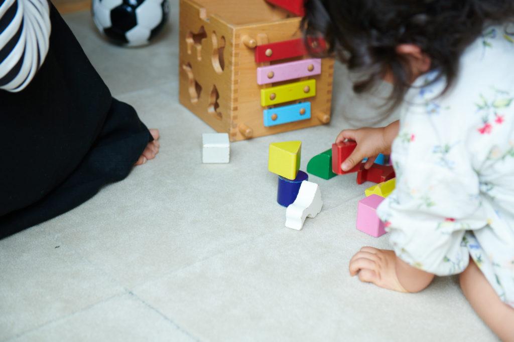 ウールタイルの上で遊ぶ子供