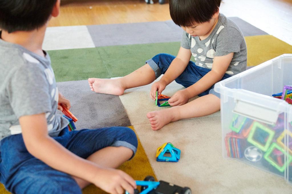 キッズスペースの DIYカーペットの上で遊ぶ子供