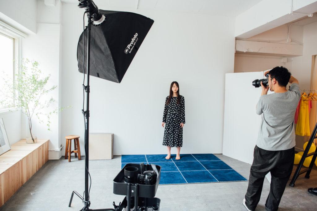 写真スタジオの床に敷かれているウールタイル