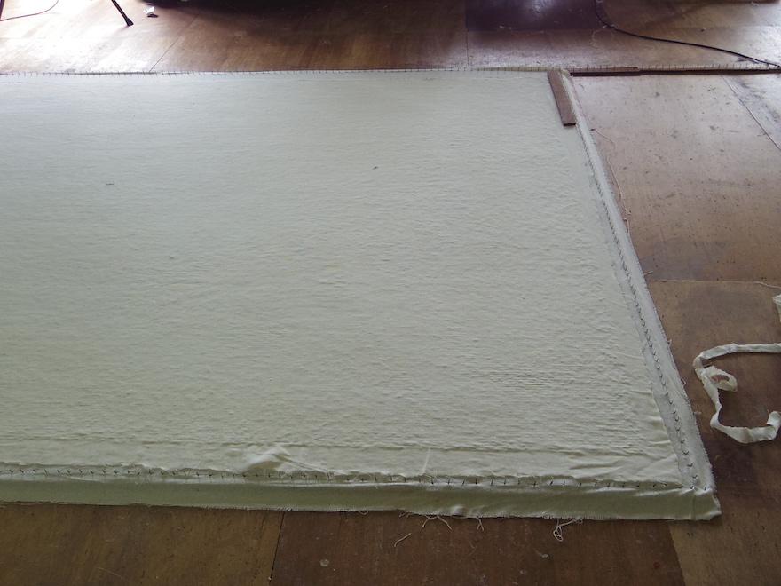 「ラテックス」と呼ばれる白い樹脂を乾燥させる工程