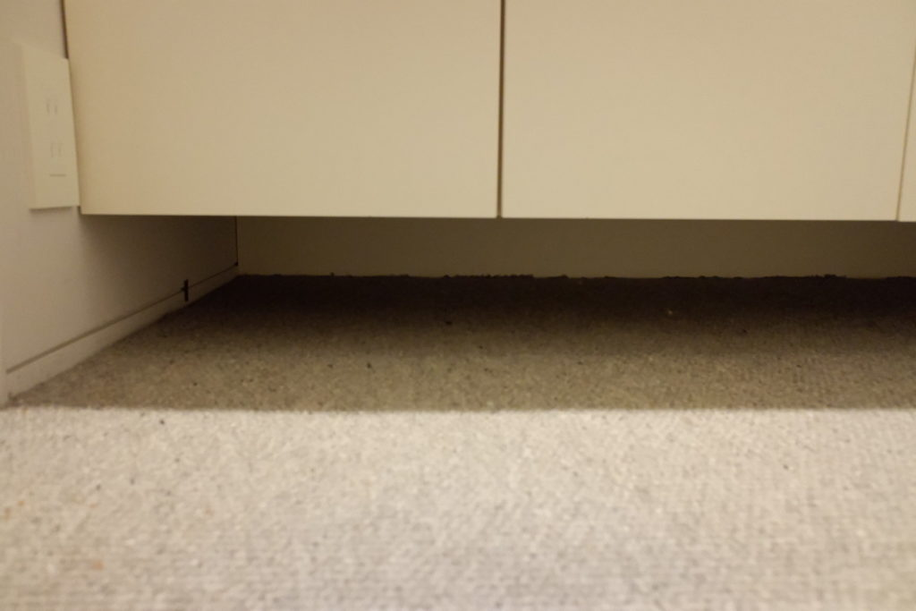 棚の下の隙間