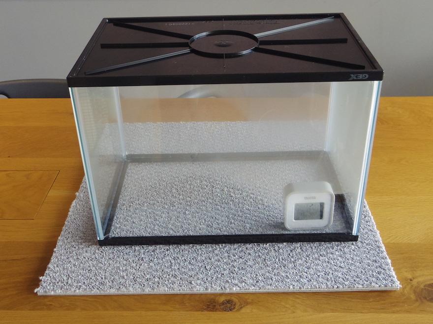 湿度80%の状態で、水槽の下にポリプロピレンのカーペットを敷く