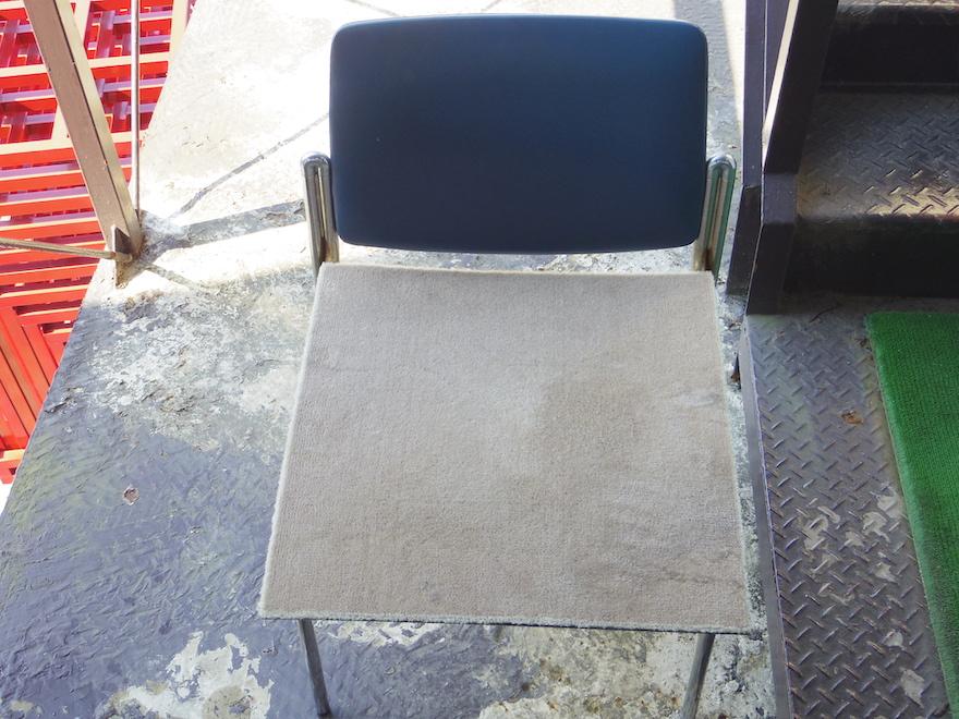 平らな椅子の上でカーペットを乾かす