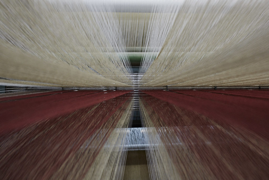 クリールから織機へつながる無数の縦糸