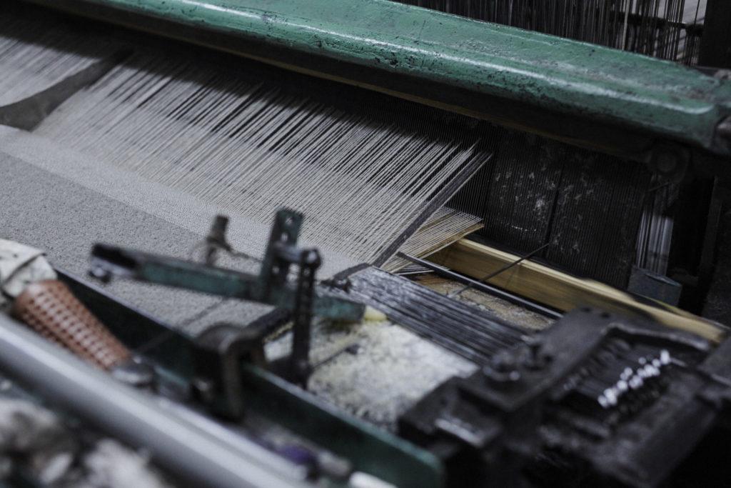 ワイヤーにそって生地が織り上げられていく