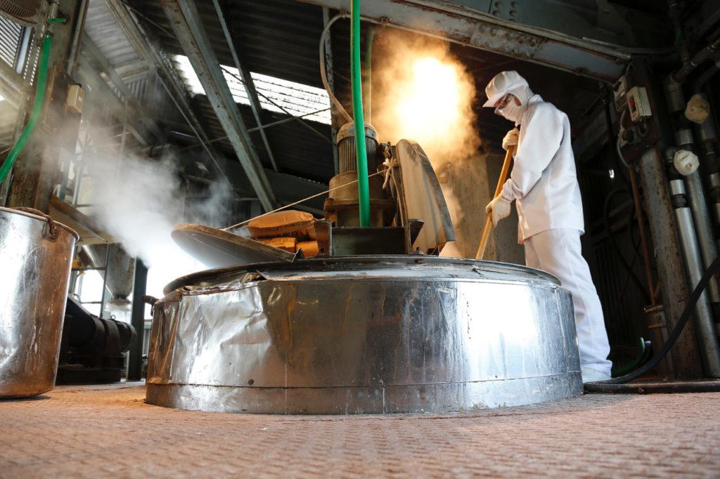 釜焚き法にて製造する職人