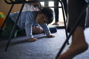 カーペットの上で遊ぶ子供