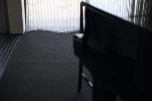 光が差し込むカーペット