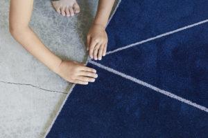 子供がタイルカーペット を並べている